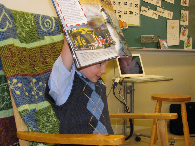 Un élève de la classe de madame Rachel présente son livre préféré.