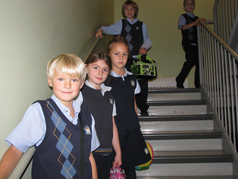 Après le repas, les élèves se dirigent vers la cour.