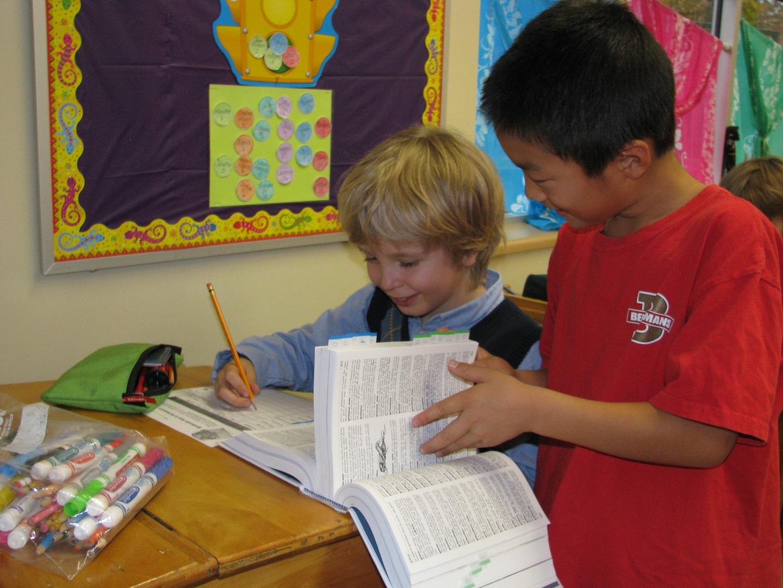Des élèves de la classe de madame Isabelle se familiarisent avec le dictionnaire.